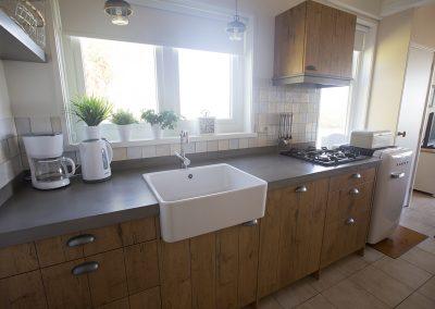 De knusse maar complete keuken - mét vaatwasser - van Vakantiehuisje Smoek Holwerd.