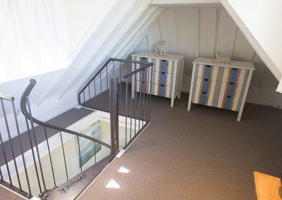 Volop opbergruimte in de knusse slaapkamer van Vakantiehuisje Smoek op de verdieping.
