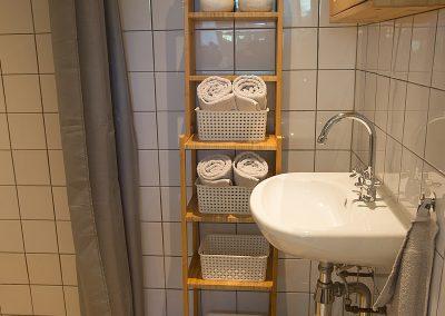 De badkamer van Vakantiehuisje Smoek Holwerd met douche.