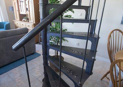 De opvallende stalen trap naar de verdieping met de naam Smoek uitgesneden in de traptreden.
