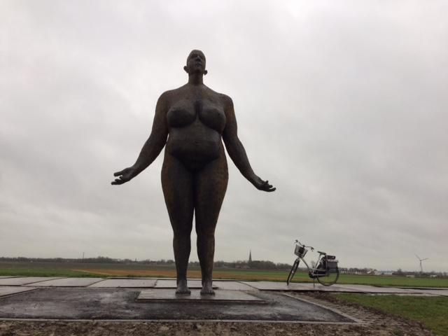 """Die """"fette Frau"""" steht auf dem Deich und wartet auf Hochwasser."""